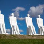 Der Mensch am Meer (dänisch Mennesket ved Havet) ist eine neun Meter hohe Skulpturengruppe aus weißem Beton