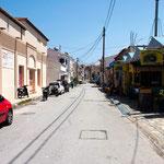 Hauptstraße rechts von unserem Hotel