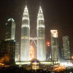 Twin Towers bei Nacht - aufgenommen durchs Hotelfenster