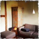 Alter Kachelofen nebst neuem Sofa