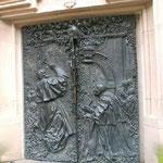 Eingangstür in Erinnerung an Papst Johannes Paul II. Er eröffnete die Wallfahrtszeit 1987