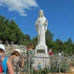 Ergreifend für viele Pilger ist die Stelle, an der die Gottesmutter zum erstenmal erschien.