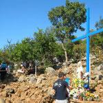 Als die Kommunisten den Erscheinungsberg 1981 sperrten, erschien die Gottesmutter am Fuß des Erscheinungsberges. Hieran erinnert das blaue Kreuz.