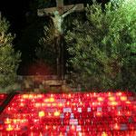 Neben der Pfarrkirche ist eine Stelle für Opferkerzen eingerichtet