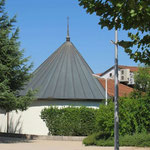 In der kleinen Anbetungskirche findet man nachmittags viele Pilger