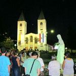 Ein vertrautes und beliebtes Bild: So verabschieden sich viele Pilger von der Gospa nach dem abendlichen Gebetsprogramm