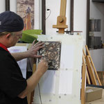 Prima applicazione di colore e l'ausilio di uno degli stencil disegnati da lui stesso per artool