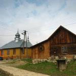 Bodaki - cerkiew prawosławna i łemkowska chyża fot. Grzegorz Grdal