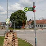 Die Haltestellentafel für den Zug steht schon bei der Fahrt nach Hohenau.