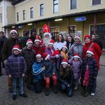 """Treue Stammgäste: die Kinderfreunde Mistelbach mit Nikolo und """"Musikus""""-Krampus."""