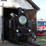 Die Lokmannschaft hat die Vereinsdampflok für das Fest angeheizt. Im Hintergrund der Dieseltriebwagen 5047.001 der ÖBB Erlebnisbahn.