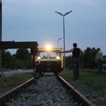 Die X626.192 des Vereins trifft ein. Die Draisine steht für den Schienentaxiverkehr falsch herum.