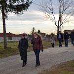 Fußmarsch zum Heurigen in Bullendorf.