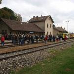 Zahlreiche Gäste finden sich zur Eröffnung am Bahnhof Asparn an der Zaya ein.