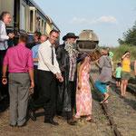 Der Bräutigam wurde gefesselt und aus dem Zug geführt.