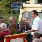 Obmann Alfred Jirout zeigt den Ehrengästen den Draisinenschlüssel und fuhr persönlich den Eröffnungszug und seine Gäste.