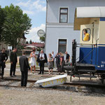 Was das Brautpaar nicht wusste ist, dass die Abfahrt nicht möglich war, weil eine Badewanne für die beiden am Zughaken hing.