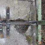 Mit Betondübel, Schrauben und Stahlbändern...