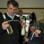 Bei so vielen Geburtstagsgästen müssen etliche Gläser gefüllt werden.