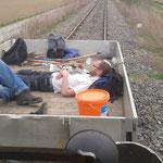 """Transport der """"Arbeitsgeräte"""" zur nächsten Eisenbahnkreuzung."""