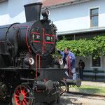 Vor der Abfahrt in Mistelbach Lokalbahnhof. Letzter Check der Gastlokomotive 77.28 der ÖGEG: