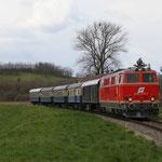 Der Osterzug, angespannt von der Vereinslok 2143.070, fährt in Hauskirchen ein.