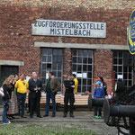 Landesrat Karl Wilfing und Gemeinderat Seltenhammer aus Mistelbach bewundern die Dampflok.