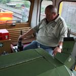 Karl macht einen Fahrzeugcheck mit Roll- und Bremsproben.