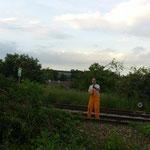 Gerhard spielt mit einem Zweig Fahnenschwingen.