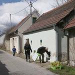 Mitglieder des Vereins verstecken die Osternester