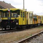 Die Garnitur des Zayataler Schienentaxis wurde bereits in der Früh geschmückt und steht am Bahnhof bereit.