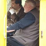 Auch Gäste des Verkehrsverbunds Ost Region und die Presse warten gespannt auf die Abfahrt.