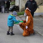 Kinder werden ständig mit osterlcihen Süßigkeiten beschenkt.