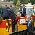 Die Ehrengäste nehmen am Panoramawagen Platz.