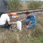 Hannes und Franz beim streichen der Hektometersteine.