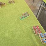 Dafür ist jetzt der gegnerische Flankenmarsch gekommen, ein Alliierter Ungar mit 2 Kavallerieeinheiten, von denen sich einer verläuft und einer leichten Kavallerie. Die wird sofort von meinen schweren Reitern vom Tisch gejagt.