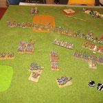 Wie gesagt, wollen wir jetzt ein bisschen mehr manövrieren und holen die Klibanophoroi heran, um diese auf die entdeckten Dailami anzusetzen, die sich am Fuße des steilen Hügels versammelt haben. Die Normannen decken die Flanke der Infanterie.