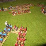 Meine Plänkler im Zentrum schaffen Raum, die Kavallerie zieht zur Unterstützung ran.