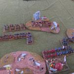 Hinter den steilen Hügel paßt die ganze byzantinische Armee, die leichte Infantrie hält das Gelände.