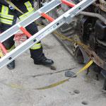 Sicherung eines PKW in Seitenlage mittels Steckleiterteilen und Spanngurten.