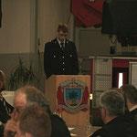 Kamerad Florian Zimmer verliest im Auftrag den Jahresbericht der Feuerwehr Gutendorf für das Jahr 2009.