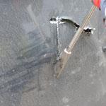 Erstzugang durch die Dachhaut mittels Blechaufreißer am Halligan-Tool des Buttelstedter Rüstwagens.