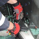 Auch die Sicherheitsgurte müssen durchtrennt werden. Hier mit einer Rettungsschere aus einem Atemschutzholster.
