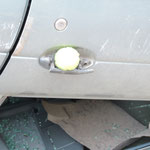 Ein Tennisball hilft hier das intakte Türschloss offen zu halten.