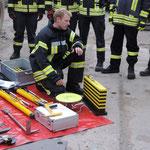 Der Ausbilder der Feuerwehr Buttelstedt erklärt die einzelnen Geräte und deren Anwendung.