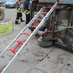 Sicherung eines PKW in Seitenlage mittels Steckleiterteilen und Leinen sowie Strahlrohr zum Spannen der Leine.