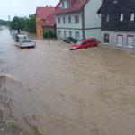 Trotz der Straßensperrung fuhren uneinsichtige Autofahrer durch die Wassermassen.