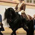 Ingrid und ihr hübscher Friesenhengst Xantos in barocker Aufmachung!