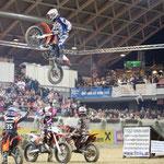 Super Stunts von den Motocrossern in der Arena Nova bei der Apropos Pferd 2010! Das Bild stammt von www.scan-pictures.net