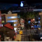 D5:路面電車が走る城下町(夜景)横から